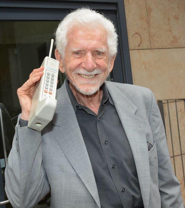 Motorola DynaTACia pidetään maailman ensimmäisenä matkapuhelimena. Puhelinta esittelee sen keksijä Martin Cooper.