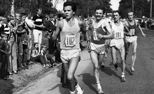 Esa Tikkanen juoksi vuonna 1977 upeasti neljänneksi New Yorkin maratonilla. Kuva samalta kesältä Jyväskylän SM-maratonilta, jossa Tikkanen oli kakkonen.