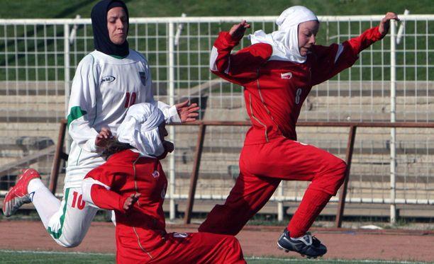 Niloufar Ardalan (valkoisessa paidassa) ei päässyt edustamaan Irania Aasian mestaruusturnaukseen, joka alkaa tänään.