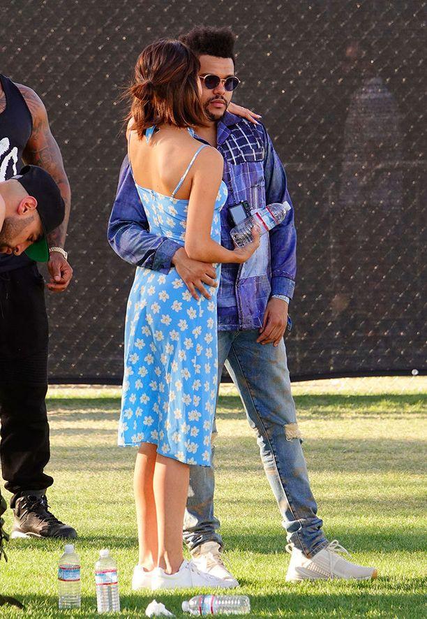 Selena Gomez juhli suloisessa kukkamekossa.