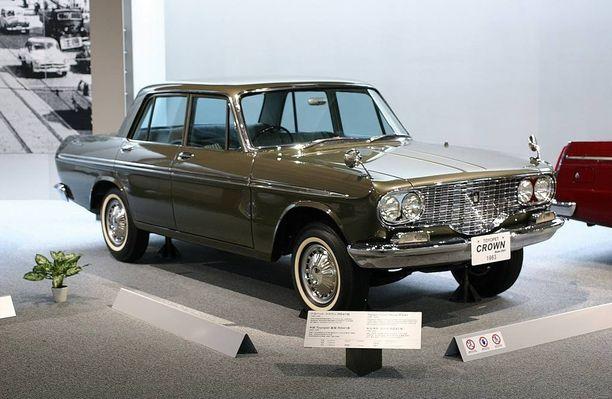 Crown oli ensimmäinen myyntiin tullut Toyota-merkkinen auto Suomessa.