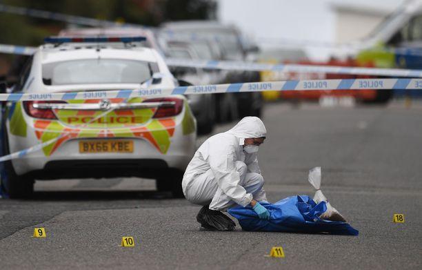 Rikospaikkatutkija keräsi todisteita kadulta Birminghamissa sunnuntaina.