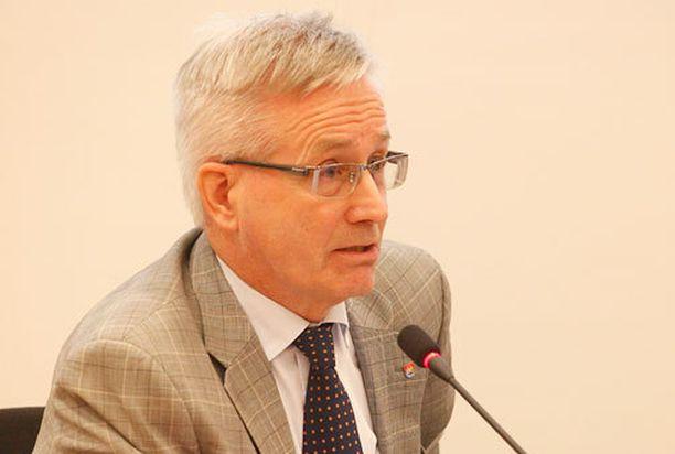 Kaupunginjohtaja Matti Pennasen mukaan Oulussa ei nuolaista ennen kuin tipahtaa.