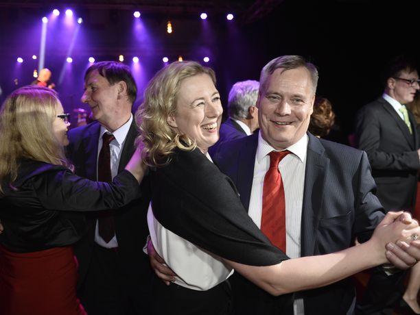 Syrjäytetty Jutta Urpilainen ja uudeksi puheenjohtajaksi valittu Antti Rinne tanssivat ainakin näennäisen sopuisasti yhdessä puoluekokouksen iltajuhlassa Seinäjoella.