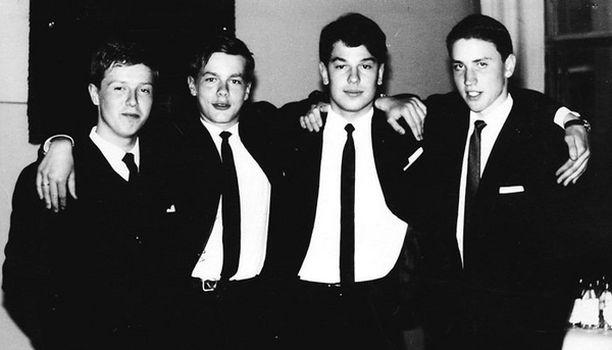 Kävin saksalaista koulua. Hans Kotkavuori, minä, René nyberg ja Jan-Peter Silfverswan luokkatoveriposeerauksessa.