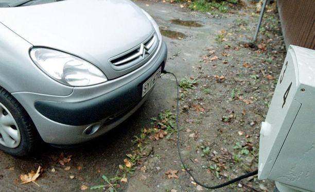 Auton lämmitysjohto tulee irrottaa pistorasiasta käytön jälkeen.