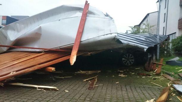 Katto repeytyi ja putosi parkkipaikalle myrskyn voimasta Helsingin Viikissä.