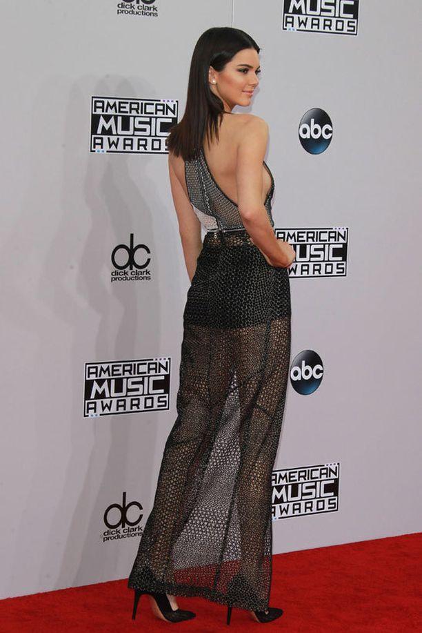 Kendall Jenner säihkyi punaisella matolla rohkeassa puvussa.