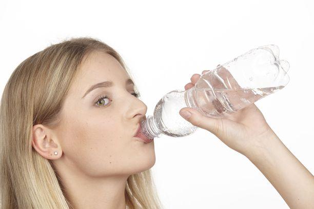Jos nukut vähän, juo paljon vettä, kehottavat amerikkalaistutkijat.
