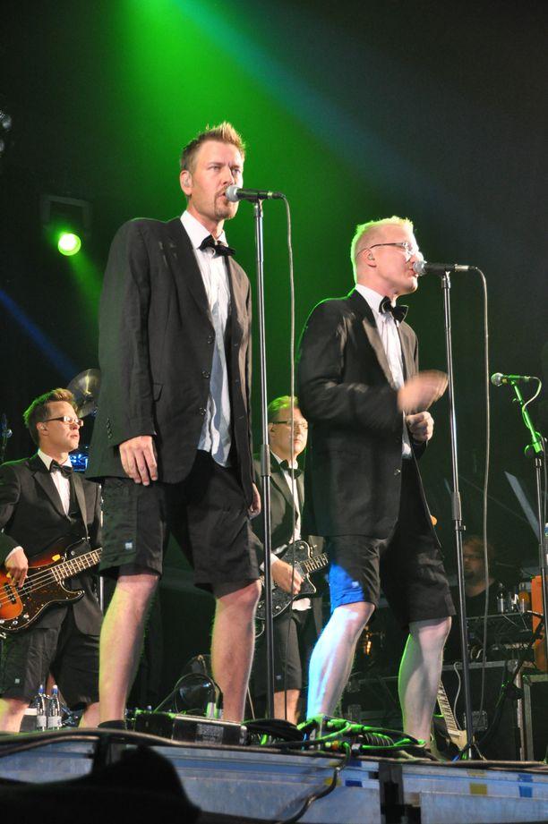 Kotkan Meripäivillä kesällä 2010 Jean S. oli vielä laulusolistien osalta alkuperäisessä kokoonpanossaan. Timo Kärkkäinen jätti yhtyeen vuodenvaihteessa, Antti Paavilainen nyt.