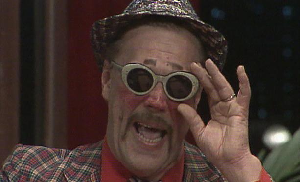 Hei kliffaa hei! on pähkähullu komedia vuodelta 1985. Siinä Loiri on Auvo, tuo mies mustien lasien takana.
