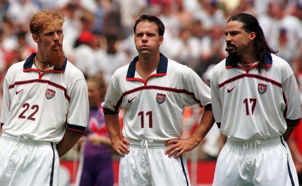 1990-luvulla USA:n maajoukkueessa vilisi ikonisia futispersoonia. Kuvassa Alexi Lalas, Eric Wynalda ja Marcelo Balboa kuuntelevat kansallislaulua ennen ottelua vuonna 1998.