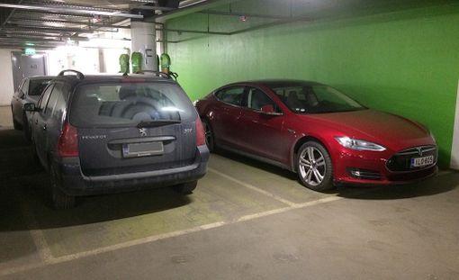 Kuvan polttomoottorikäyttöinen Peugeot estää sähköauton pysäköimisen latauspisteelle.