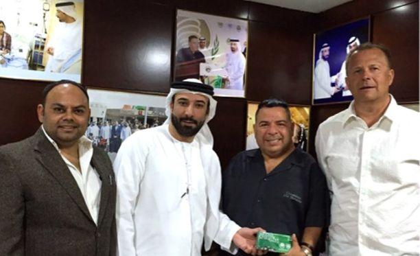 Suomalainen tv-tuottaja Juha Vuorio (oik.) nimettiin IISAM-järjestön hyväntahdonlähettilääksi Dubaissa, vierellä järjestön puheenjohtaja Diego Maradonan velipuoli Remigio Maradona.