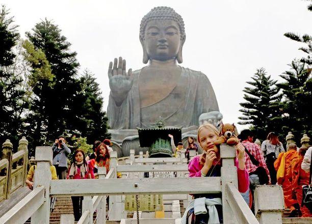 Hong Kongissa Suuren Buddhan patsaalle kiipesi mukana myös rakas pehmolelu Pienikoira.