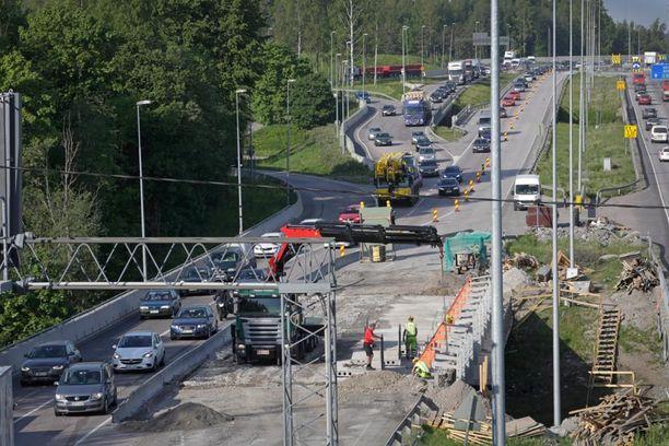 Kehä kolmosella on viime vuosina ollut alituisesti tietöitä. Työmaa-alueilla liikennettä on ohjataan tyypillisesti betoniaidoin. Kuva viime kesältä.