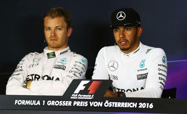 Nico Rosberg (vas.) ja Lewis Hamilton saivat huutia Mercedekseltä.