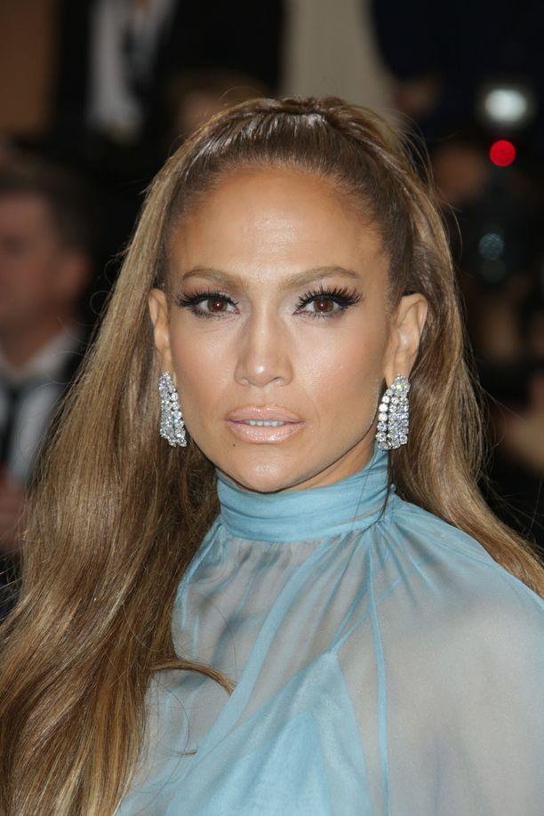 Jennifer Lopezia nähdään harvoin ilman aurinkopuuteria, irtoripsiä ja nuden sävyistä huulimeikkiä.