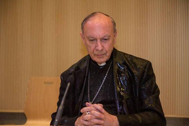 Arkkipiispa sai vedet niskaansa.