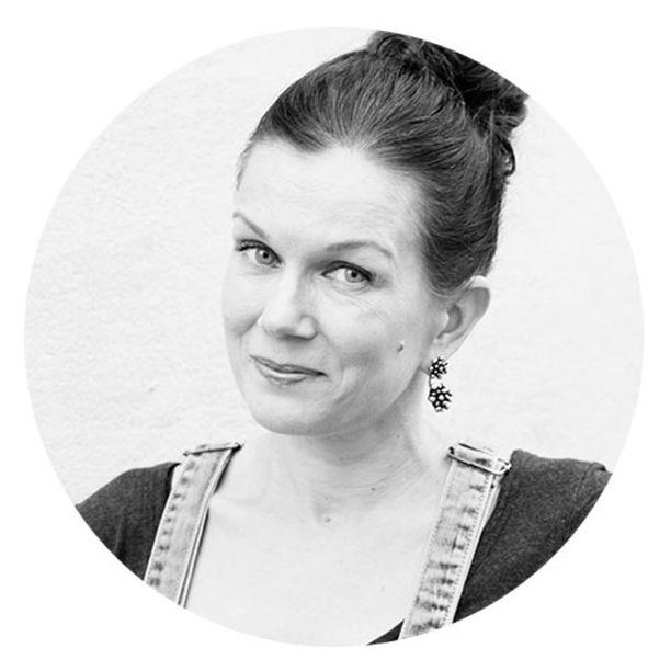 """Sisustustoimittaja Susanna Lehmuskoski pitää kehyksettömistä kuvatauluista. """"Taulujen ripustaminen on oma taiteenlajinsa, sitä kannattaa harjoitella."""""""