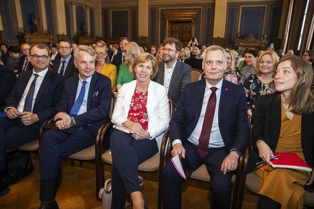 Hallitusneuvotteluihin lähtevien puolueiden puheenjohtajilla oli keskiviikkona hymy herkässä. Kuvassa tulevat ministerit Pekka Haavisto (vihr), Anna-Maja Henriksson (r), Antti Rinne (sd) ja Li Andersson (vas). Keskustan Juha Sipilästä ei tule ministeriä.