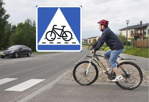 Suojatietä ajavan pyöräilijän on aina pitänyt väistää autoa, mutta uusi liikennemerkki muuttaa väistämisvelvollisuuden joissakin risteyksissä.
