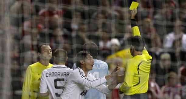 Tästä alkoi Real Madridin alamäki: Gabriel Heinze kaataa Steven Gerrardin ja saa keltaisen kortin.