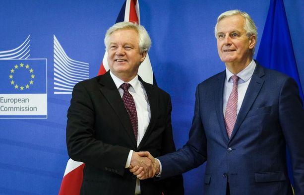 Britannian brexit-neuvottelija David Davis ja EU:n Michael Barnier puristivat tänään kättä Brysselissä.