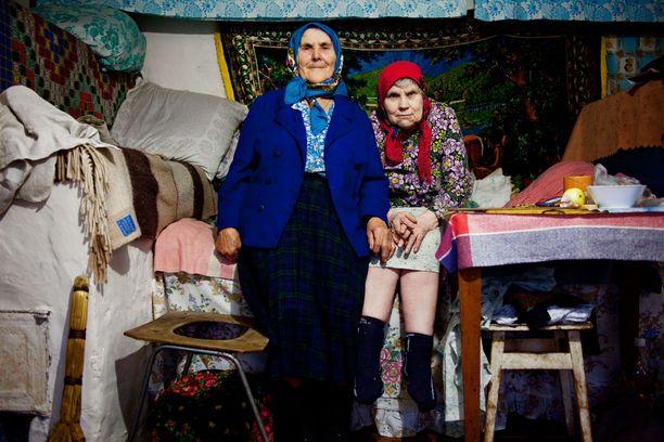 Tšernobylin baabuskat asuvat sinnikkäästi säteilyalueella – vuodesta toiseen. Alueella on yksinäistä, mutta onneksi aina voi turvautua toisiin kylän mummoihin.