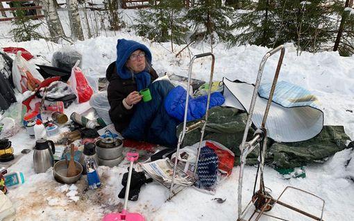 Leena Kiviharju, 71, on elänyt laukkujensa kanssa taivasalla jo toistakymmentä vuotta – nyt hän on leiriytynyt luvatta Jämsään, mutta poliisi tai kaupunki ei voi tilanteelle mitään