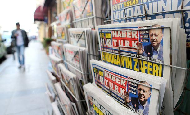 Presidentti Erdogan voi äänestystuloksen jälkeen toimia puolueensa johtajana olleessaan presidentti.