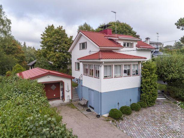Helsingissä sijaitsevan, vuonna 1949 rakennetun rintamamiestalon väritys hurmaa.