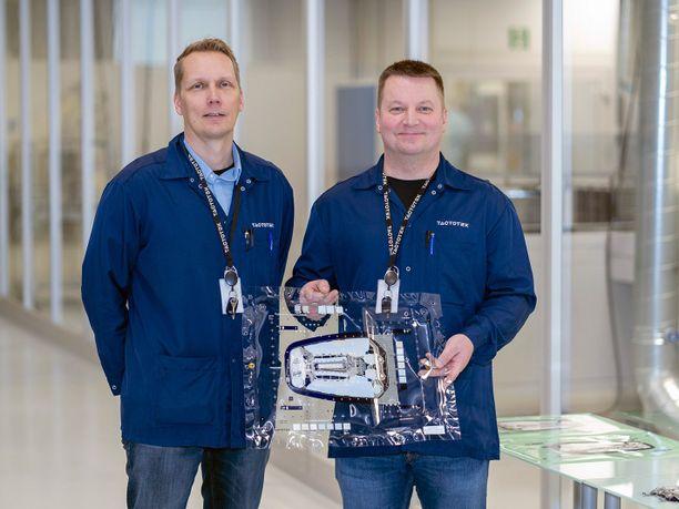 TactoTekin tuotantojohtaja Hannu Tiainen ja Harri Kähkönen ovat yhtä mieltä siitä, että yhteistyössä OSAOn kanssa parasta on nopeus ja joustavuus.