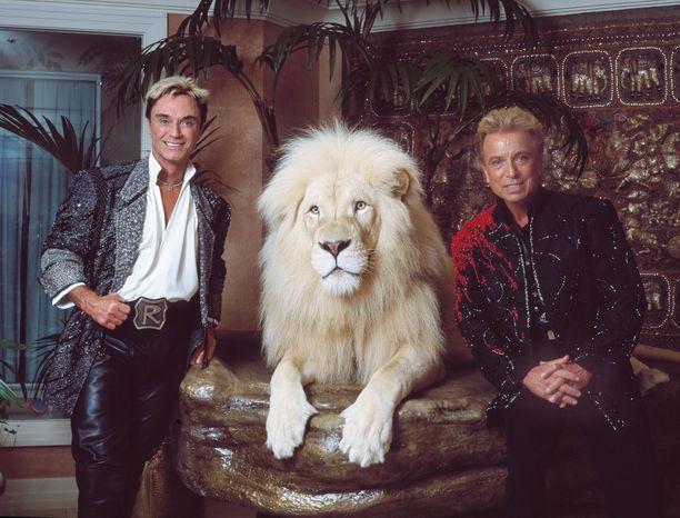 Siegfried & Roy esiintyi vuosien ajan Las Vegasissa. Roy Horn (vas) ja Siegried Fischbacher poseeraavat leijonan kanssa hotelliasunnossaan Miragessa.