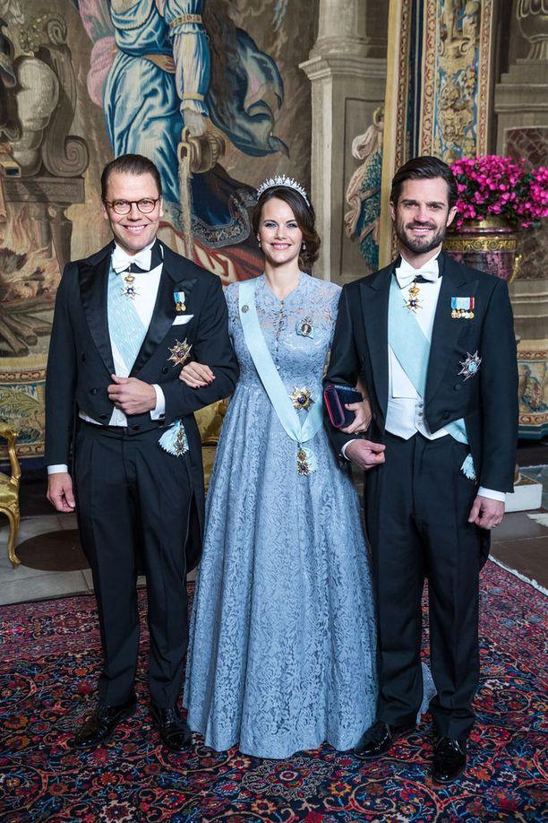 Prinsessa Sofia poseerasi miehensä prinssi Carl Philipin (oikealla) ja prinssi Danielin kera.