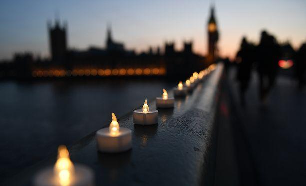 Westminster Bridgelle on laitettu kynttilöitä uhrien muistoksi.