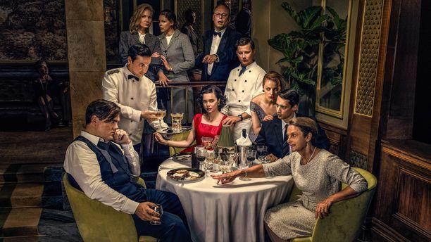 Toisen tuotantokauden alussa eletään vuoden 1955 joulukuuta. Ravintolalla pyyhkii hienosti, vaikka ihmisten välit eivät olekaan kunnossa.