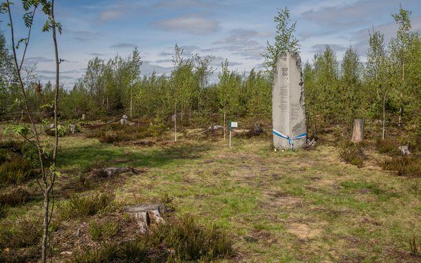Karjalan kannakselle jääneitä sankarivainajia etsitään edelleen. Kuvassa on muistomerkki suomalaisille sotilaille Summassa.