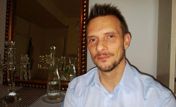 Näyttelijä, teatterinjohtaja Christian Sandström on tervehtynyt ennalleen ja asuu teatterinsa vieressä Valkeakoskella. 184-senttinen mies painoi hoikimmillaan vain 67 kiloa.