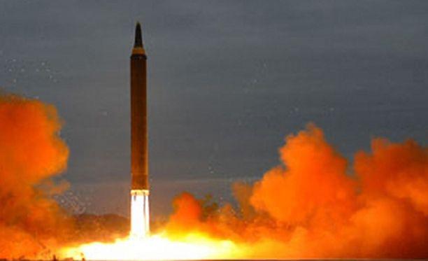 Pohjois-Korean uutistoimiston julkaisema kuva Hwasong-12 keskimatkan ohjuksen laukaisusta 29.8.