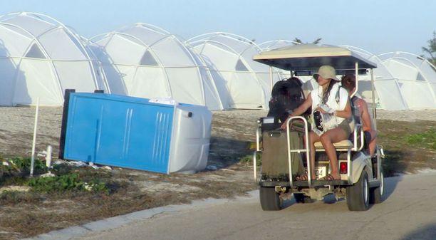 Luksushuviloiden sijaan tuhansia euroja lipuistaan maksaneet ihmiset majoitettiin valkoisiin telttoihin.