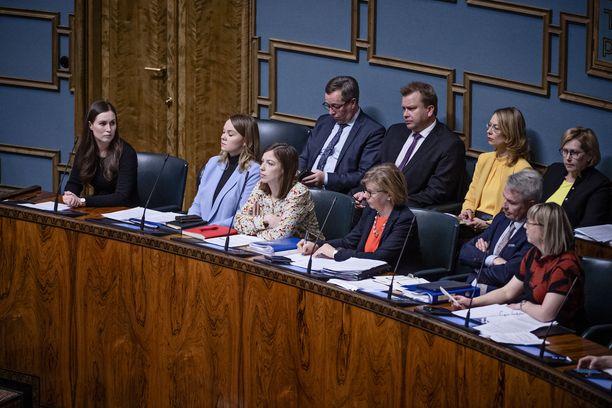 Kotimaisen tutkijaryhmän pyrkii toimittamaan hallitukselle vetoomus muuttaa koronastrategiaa. Kuvassa hallitus eduskunnan täysistunnossa maaliskuussa.