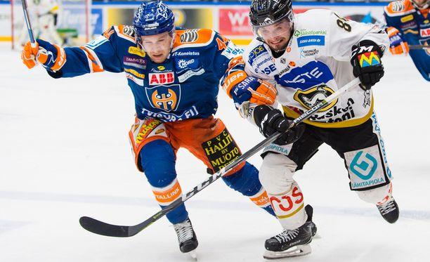 Tappara on ollut finaaleissa Kärppiä potkun perässä. Kuvassa vääntävät Jan-Mikael Järvinen (vas.) ja Jyri Junnila.