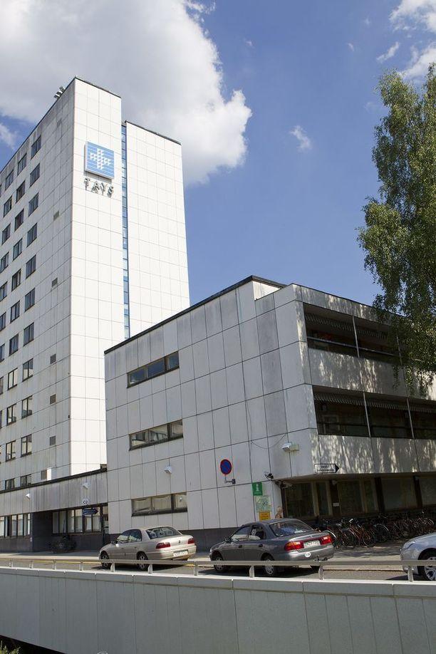 Aamulehden mukaan Tampereen yliopistollisen sairaalaan kaksi lääkäriä käytti henkistä ja fyysistä väkivaltaa hoitajiin.