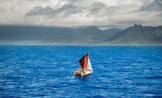 Polynesialaistyylinen kanootti on kiertänyt maailman 36 kuukaudessa.
