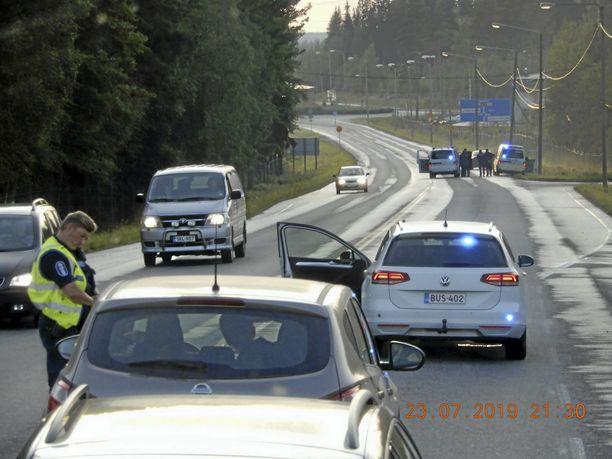 Lukijan bussista ottamassa kuvassa näkyy, miten poliisi pysäytti kahden maijan voimin ruotsalaisvalmisteisen henkilöauton Valkeakosken sisääntulotiellä. Muu liikenne sai odotella tilanteen rauhoittumista.