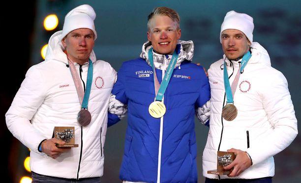 Iivo Niskanen voitti 50 kilometrin kilpailun ennen Aleksandr Bolshunovia (vasemmalla) ja Andrei Larkovia.
