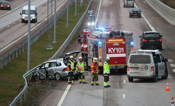 Poliisi toivoo onnettomuuspaikan ohi liikkuvilta varovaisuutta, riittävää etäisyyttä ja riittävän alhaista nopeutta. Arkistokuva.