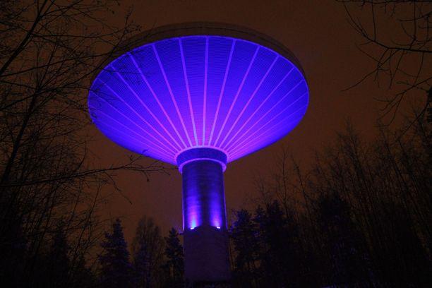 Kuokkalan kaupunginosassa sijaitseva valaistu vesitorni on yksi näkyvä maamerkki Jyväskylässä.