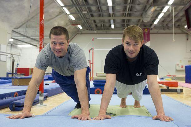 Jari Mönkkönen (vas.) treenasi ahkerasti myös urheilu-uransa jälkeen. Vuodelta 2015 olevassa kuvassa oikealla on Espoon Telinetaiturien harrastetoiminnan koordinaattori Ari-Pekka Taivassalo.